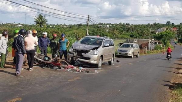 Đắk Lắk: Xe máy chạy lấn làn tông ô tô, hai thanh niên bị thương nặng