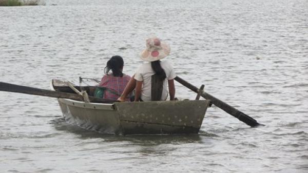 """Đắk Lắk: """"Mất cầu"""", người dân phải liều mình chèo thuyền đi làm rẫy, nguy hiểm bủa vây"""