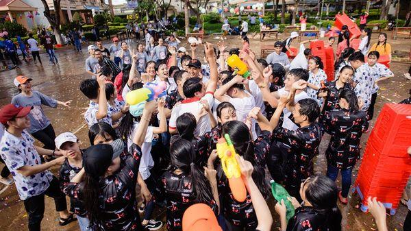 'Party ra trường' hoành tráng của học sinh Đắk Lắk: Đ.ánh trận giả, thỏa sức nướng heo và thưởng thức rượu cần