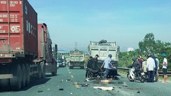 Xe máy đối đầu trực diện xe tải , 2 anh em thiệt mạng