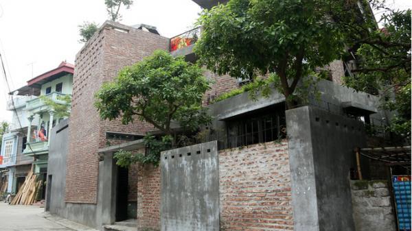 Ngôi nhà xây gạch mộc, không sơn trát khiến hàng xóm đi từ tò mò đến bất ngờ