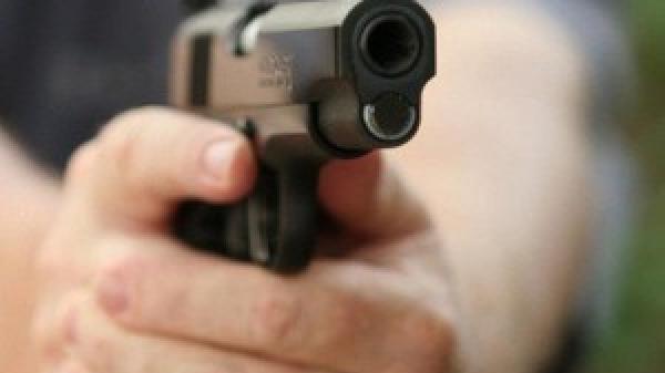 Giám đốc dí súng vào đầu thanh niên đe dọa sau va chạm giao thông