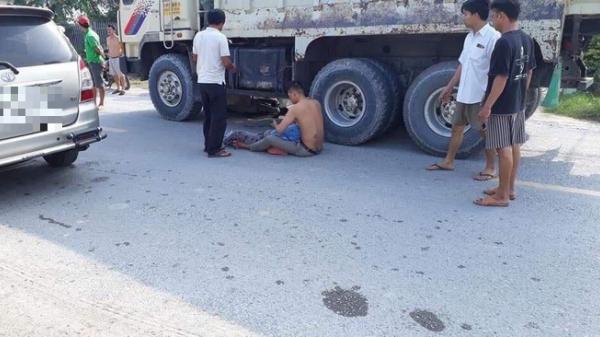 Mẹ bị xe ben cán chết thương tâm, con trai ôm thi thể gào khóc giữa đường