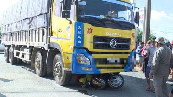 Người đàn ông đi xe máy bị ô tô tải cán qua người tử vong tại chỗ