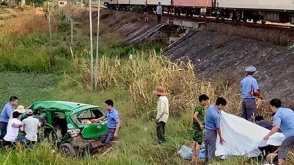 Xe taxi bị tàu hỏa tông văng hàng chục mét, 5 người thương vong