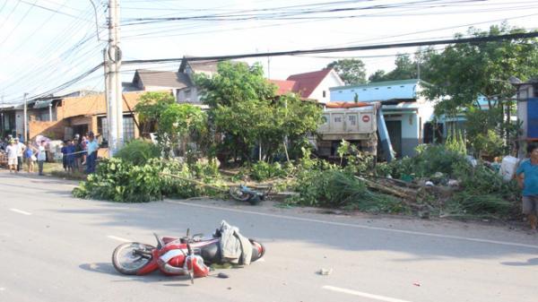 Xe ben đâm 2 xe máy rồi lao vào nhà dân, tông sập mái hiên khiến 1 người chết