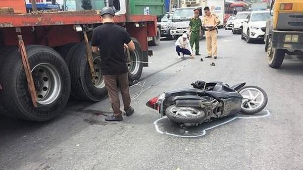 Va chạm với xe container, một phụ nữ bị thương nặng cấp cứu gấp
