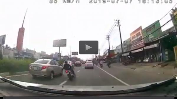 """Thái Nguyên: """"Quái xế sửu nhi"""" lạng lách trên đường, cả người và xe máy chui vào gầm ô tô"""