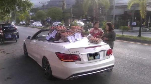 Chuyện thật như đùa: Nữ tài xế lái Mercedes mui trần sang chảnh đi bán trứng gây sốt