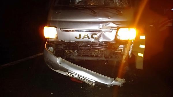 Xe tải lấn đường tông nát xe máy SH, 2 người thương vong