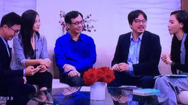 """""""Chị Huệ"""" Thu Quỳnh từng tỉnh bơ mặt đối mặt với """"tình tin đồn"""" của chồng trên sóng truyền hình"""