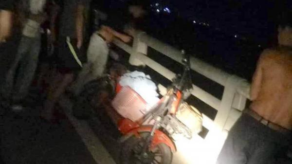 Nửa đêm vợ trẻ đi xe đạp điện, mang giỏ đồ ra n hảy cầu t ự t ử