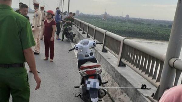 Cô gái để lại xe máy trên cầu rồi bất ngờ nhảy xuống sông tự tử