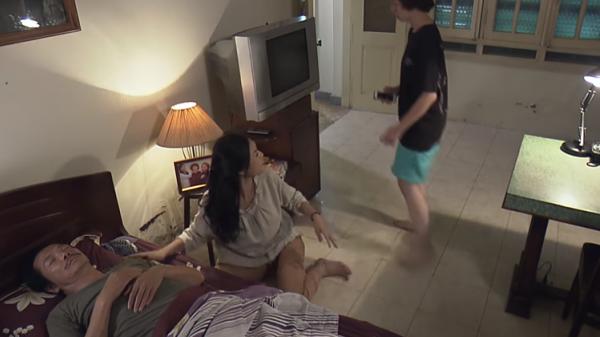 Trailer Về nhà đi con (tập 76): Huệ run rẩy khi phát hiện bố Sơn đột nhiên bất tỉnh