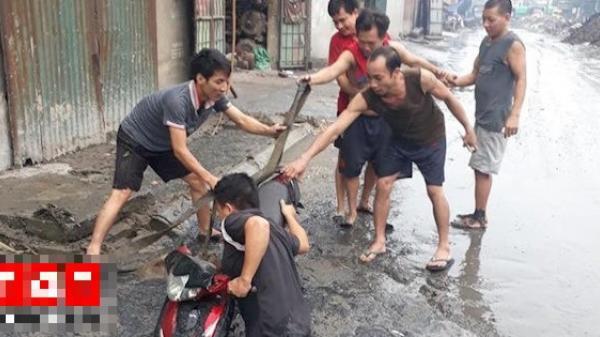 """Tình huống éo le ở Bắc Ninh: Chiếc xe máy bị đường lớn """"nuốt"""" đầu trong ngày mưa lớn"""