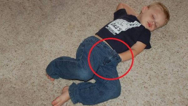 Vì sao nam giới khi ngủ hay đút tay vào quần?