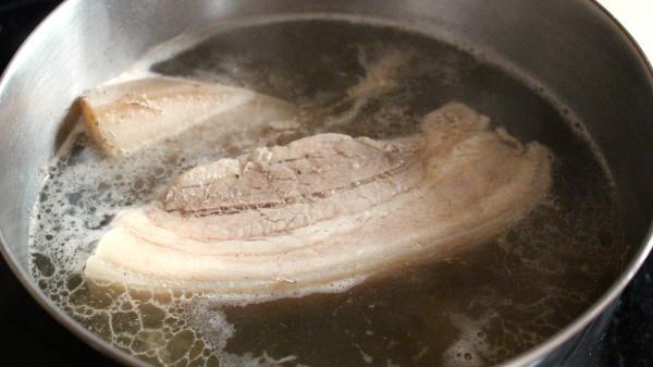 Chần thịt qua nước sôi để loại bỏ hóa chất, các bà nội trợ Việt đang tự tay đầu độc chính gia đình mình!