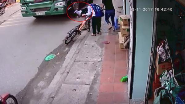 Thót tim: Đạp xe lên vỉa hè để tránh container đi ngược chiều, bé trai suýt bị cuốn vào gầm xe