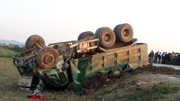 Thanh Hóa: Xế hộp va chạm kinh hoàng với xe tải, 2 người thương vong