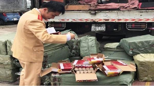 Bắt ô tô tải vận chuyển 7.200 quả pháo lậu