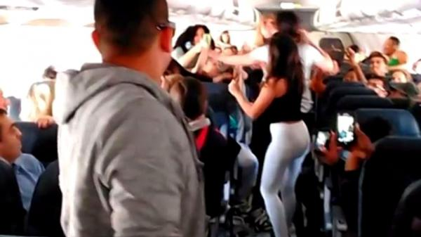 Xử phạt hai vợ chồng người Thanh Hóa đánh nhau trên máy bay