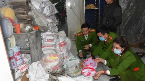 Thanh Hóa: Phát hiện cơ sở sản xuất bánh bông lan bẩn cạnh nhà vệ sinh