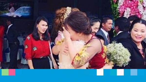 Cô dâu ôm cha mẹ khóc nức nở, không nỡ rời xa trong đám cưới