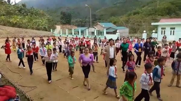 Thanh Hóa: Thầy trò tiểu học vùng núi nhảy Cha Cha Cha vui nhộn trên sân trường