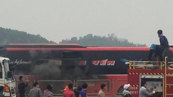 Thanh Hóa: Xe giường nằm bốc cháy khi đang lưu thông trên QL 1A