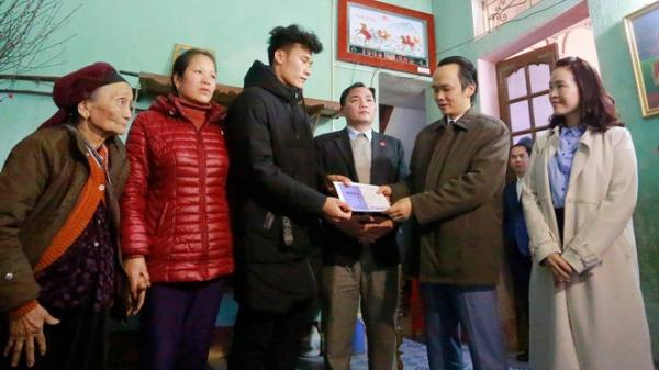 Ông Trịnh Văn Quyết tươi cười trao 500 triệu đồng tiền thưởng cho thủ môn Bùi Tiến Dũng