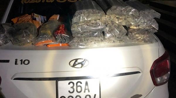 Thanh Hóa: Bắt xe taxi chở hàng trăm thỏi thuốc nổ