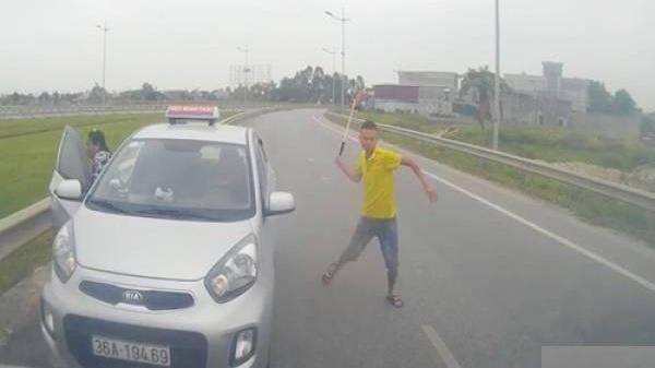 Chạy ngược chiều bị chặn đầu, tài xế taxi vung tuýp sắt