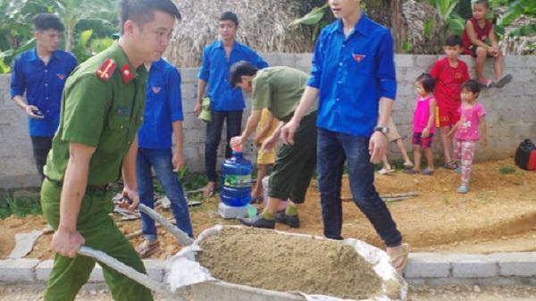 Thanh Hóa: Ấm lòng hình ảnh công an xách hồ làm đường giúp dân