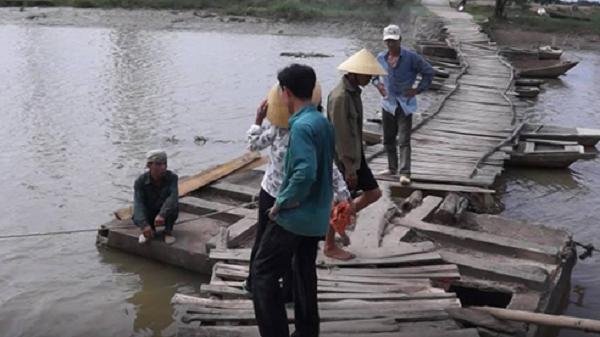 Thanh Hóa: Qua cầu phao, hai cha con chết đuối thương tâm