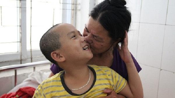 Rơi nước mắt với hành trình 2 năm bà nội đi tìm sự sống cho cháu bị chết não do đuối nước