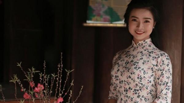 Ngây ngất trước vẻ đẹp thướt tha trong tà áo dài của cô thuyết minh viên tài năng, xinh đẹp xứ Thanh