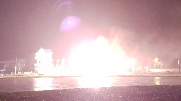 Cột điện bốc cháy ngùn ngụt, nổ như pháo hoa ở Thanh Hóa