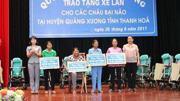 Thanh Hóa: Trao tặng xe lăn cho trẻ bại não và hỗ trợ xây nhà cho phụ nữ nghèo