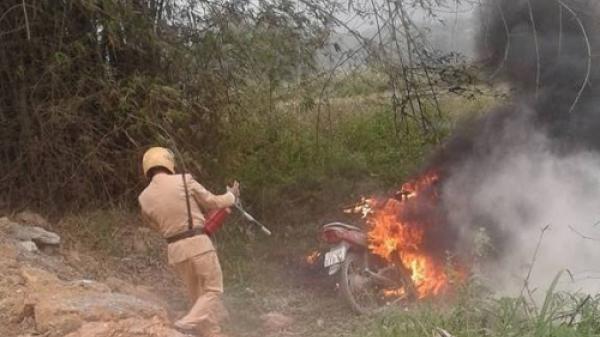 Vi phạm giao thông gọi bố đến 'giải cứu', bực tức ông bố đốt luôn xe máy