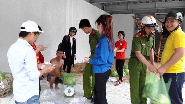 Người dân Thanh Hóa chia sẻ khó khăn với nông dân trồng dưa hấu tỉnh Quảng Ngãi