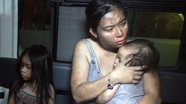 Bà mẹ trẻ địu 2 con vượt biển lửa như trong phim tại chung cư Carina khiến nhiều người xúc động