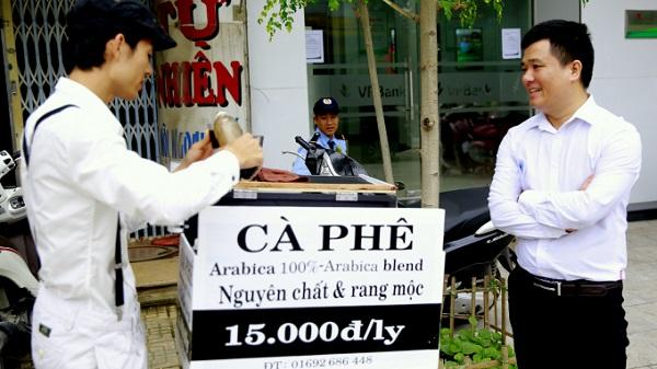 """""""Độc, lạ"""" chàng họa sỹ bán cà phê dạo xứ Thanh"""
