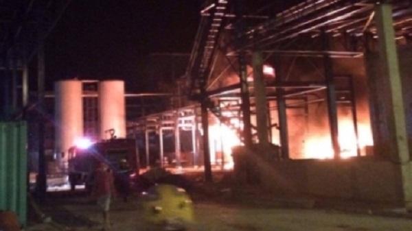 Nhà máy chế biến dầu ăn bùng cháy trong đêm