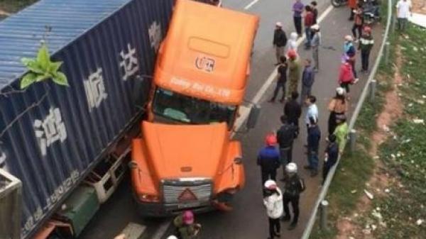 Container quặt đầu vì đánh lái, 1 xe máy biển Thanh Hóa va chạm nghiêm trọng, 3 người đứng ven cao tốc bị thương