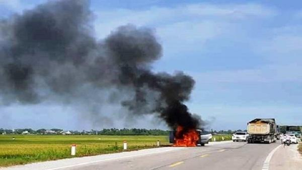 Xem clip xế hộp bốc cháy ngùn ngụt trên đường khiến nhiều người khiếp sợ