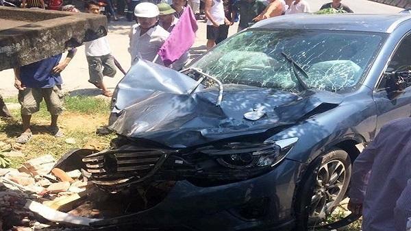 Ô tô con đâm 3 người thương vong