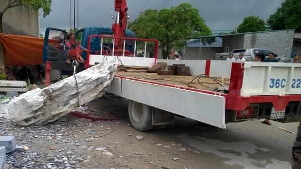 Thanh Hóa: Cẩu đá bị đứt cáp, tài xế bị đá đè tử vong