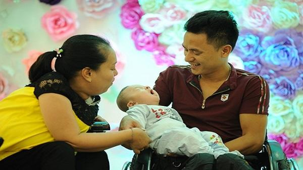 Thanh Hóa: Vỡ òa hạnh phúc cặp vợ chồng liệt cả hai chân sinh con