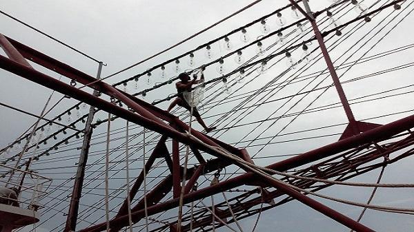 Ngư dân có tàu vỏ thép hư hỏng ở Thanh Hoá nhận 500 triệu đồng đền bù
