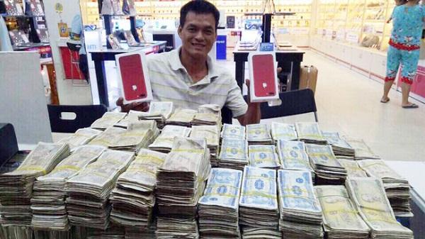 Thanh niên vác 4 thùng xốp chứa tiền mệnh giá 1.000 đồng đến 5.000 đồng mua iPhone 7 Plus đỏ
